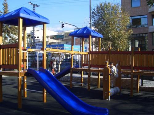 Παιδική χαρά στο πάρκο Καραολή & Δημητρίου
