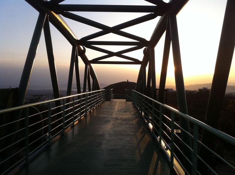 Απόγευμα στην πεζογέφυρα του Καρέα