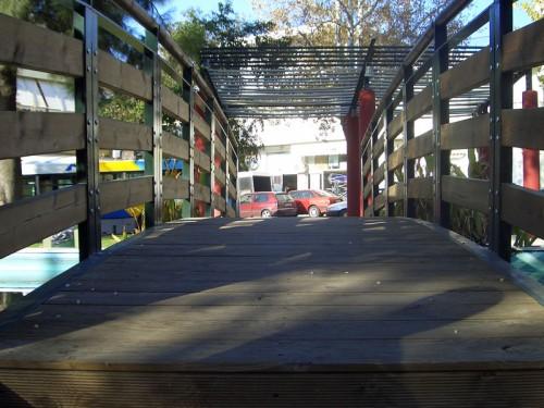 Γεφυράκι στο συντριβάνι στο πάρκο Καραολή & Δημητρίου